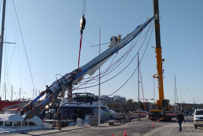 Masting of a catamaran by Atelier Gréement on the Nautical Pole of Canet en Roussillon