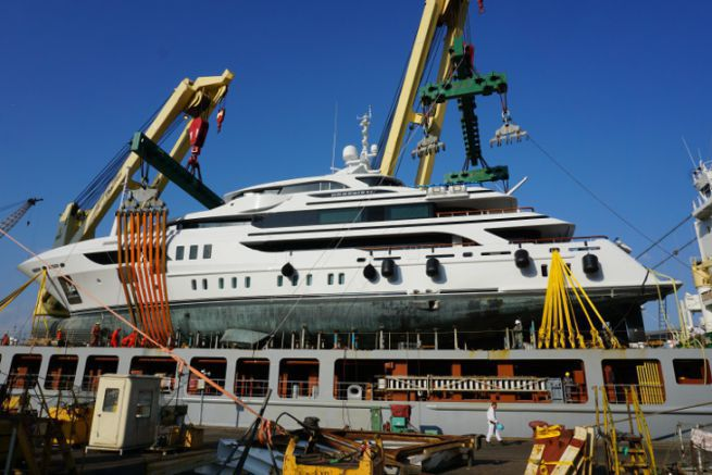 Loading a yacht onto a cargo ship