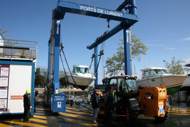 Handling at the marina of Lorient