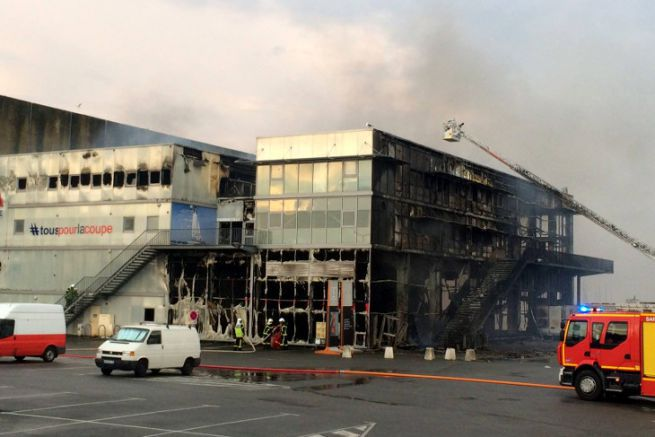 The Challenges building in Lorient, ravaged by the flames