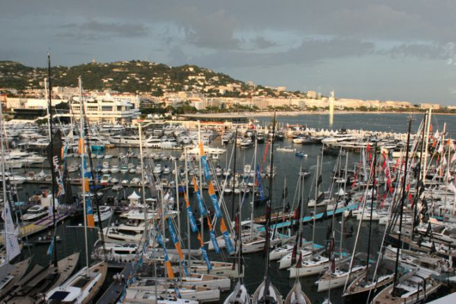 Helping yachting and boat shows in the face of the storm... (View of the Cannes Yachting Festival)