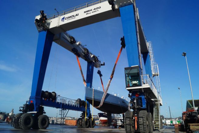 New travel lift of the port of Concarneau