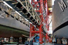 Panneaux de chauffage infrarouge Black Sun Heating dans un hall de peinture de bateaux