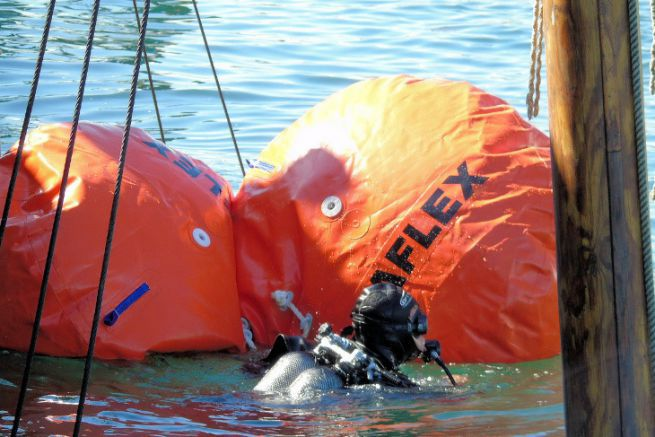 Wreck refloating operation with buoyancy parachutes