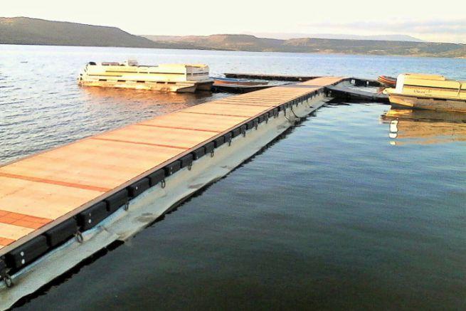 Geolana anti-pollution barrier made of sheep's wool on a pleasure pontoon