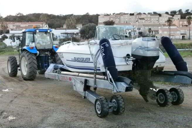 Quicklev trailer from Nautipark behind an agricultural tractor