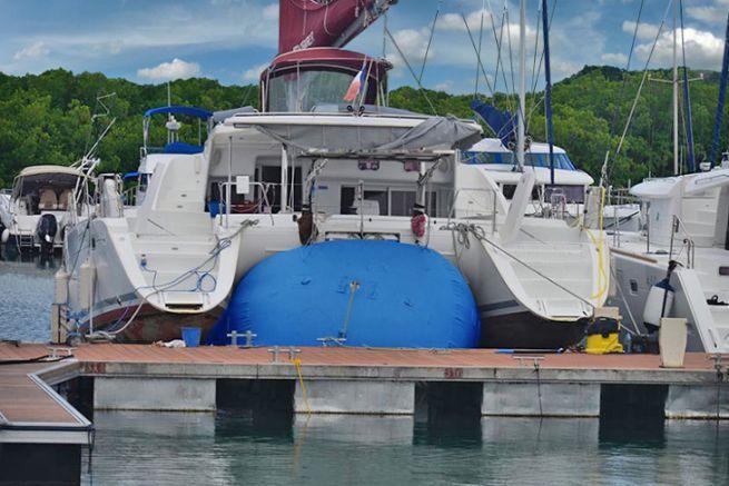 Lifting a catamaran on a High Point cushion