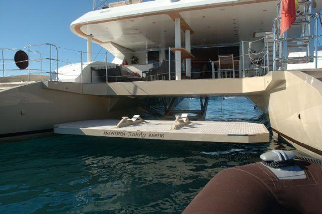 Tenderlift platform on the Rafoly catamaran